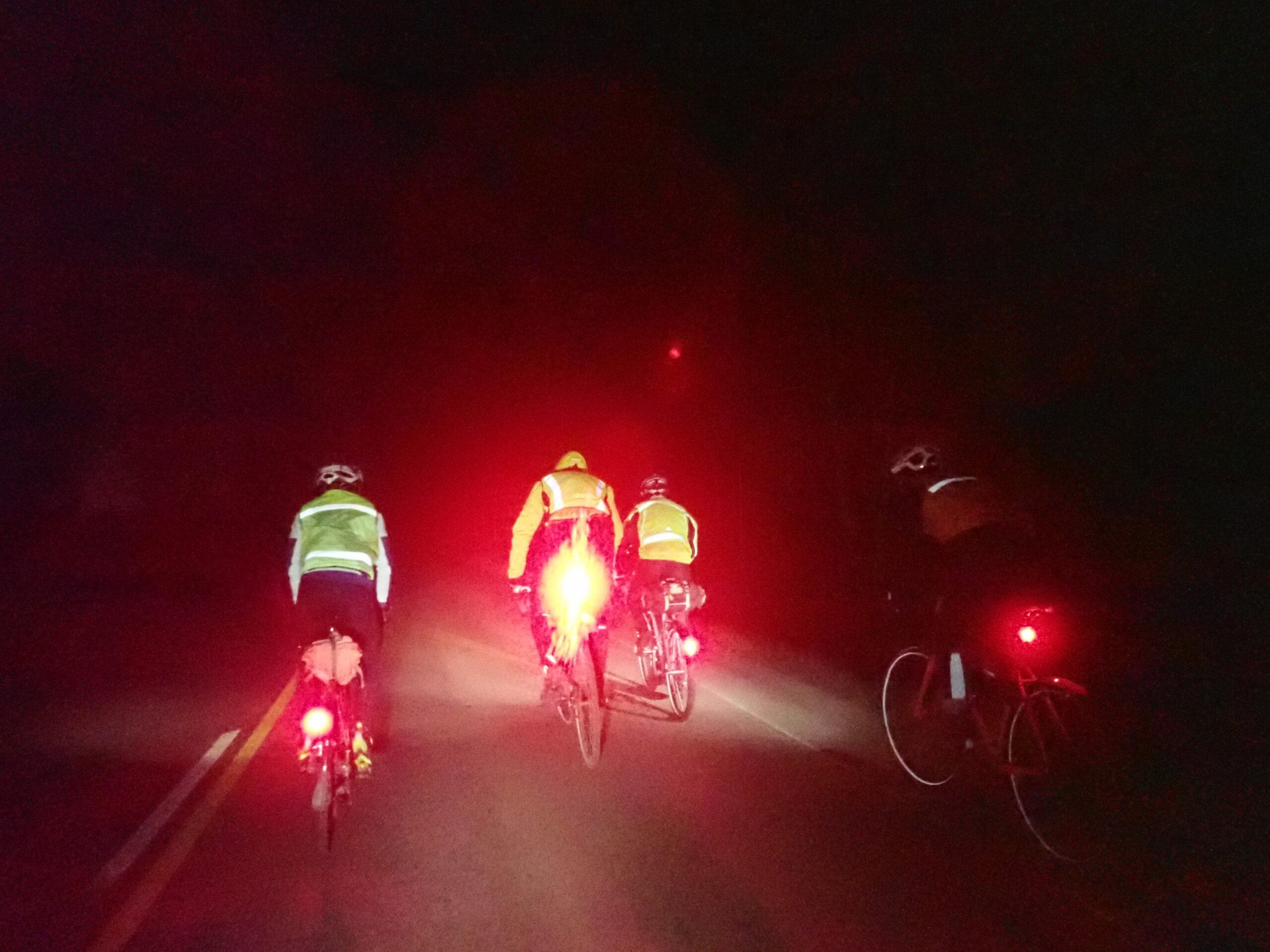 Pyöräilijöitä pimeällä tiellä